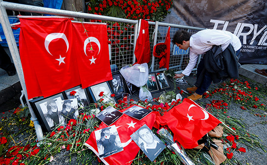 Цветывозле входа в клуб Reina в Стамбуле, где произошел теракт в ночь на 1 января 2017 года