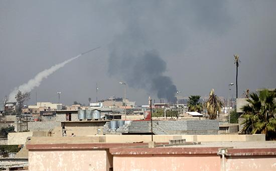 Ракета, запущенная спозиции иракской коалиции, летит напозиции боевиков вМосуле. 30 марта 2017 года