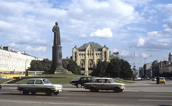 Памятник Ф.Э. Дзержинскому на площади Дзержинского (ныне Лубянская). Установлен в 1958 году. Фото 1984 года