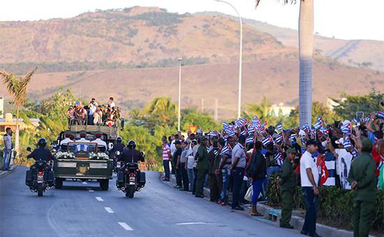 Кубинцы провожают траурный кортеж спрахом Фиделя Кастро кместу захоронения накладбище Санта-Ифигения вСантьяго-де-Куба