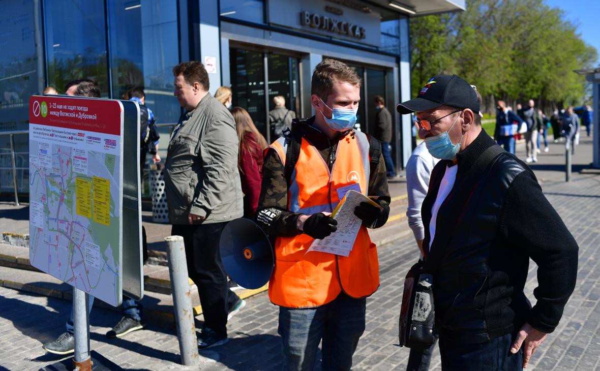 Сотрудник ГУП «Мосгортранс» отвечает на вопрос пассажира у станции метро «Волжская», где организована остановка бесплатных автобусов по участку «Дубровка»— «Волжская»