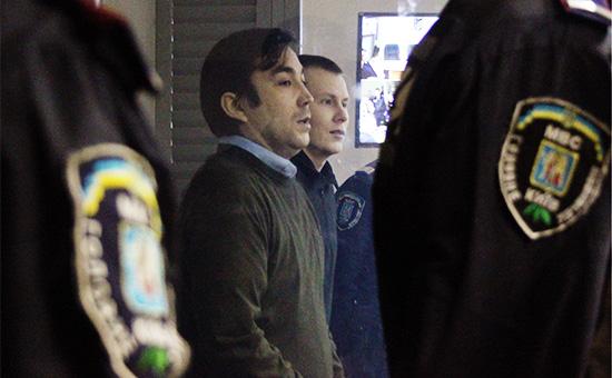 Россияне Евгений Ерофеев иАлександр Александров (слева направо), обвиняемые введении агрессивной войны, терроризме иконтрабанде оружия, вовремя заседания вГолосеевском районном суде Киева
