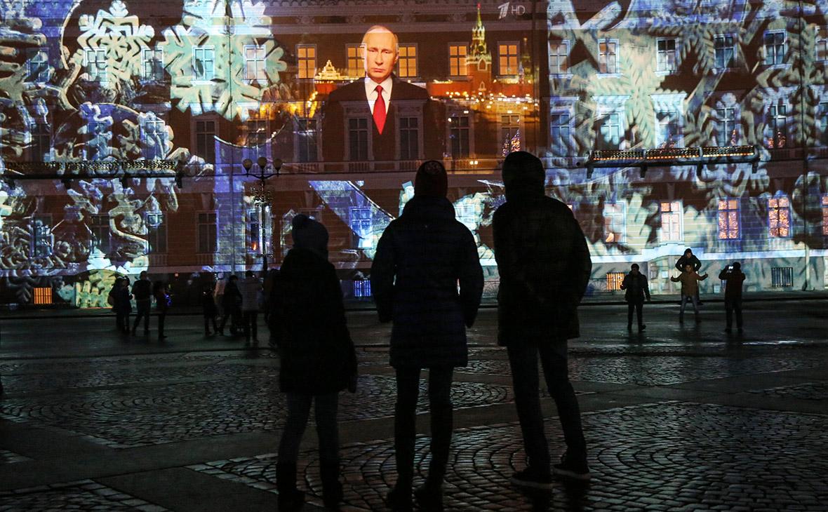 Трансляция новогоднего обращения президента России Владимира Путина на Дворцовой площади