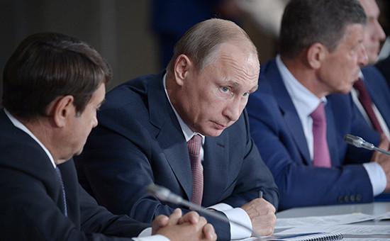 Президент России Владимир Путин (в центре)во время заседания президиума Государственного совета, посвященного развитию туризма в Российской Федерации.Ялта, 17 августа 2015 года