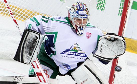 Вратарь «Салавата Юлаева» в матче чемпионата КХЛ