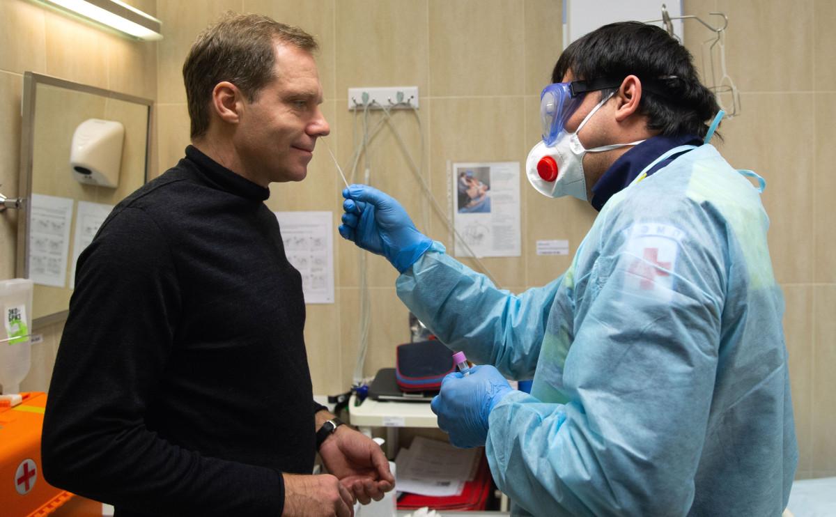 Андрей Кутепов сдает тест на коронавирус