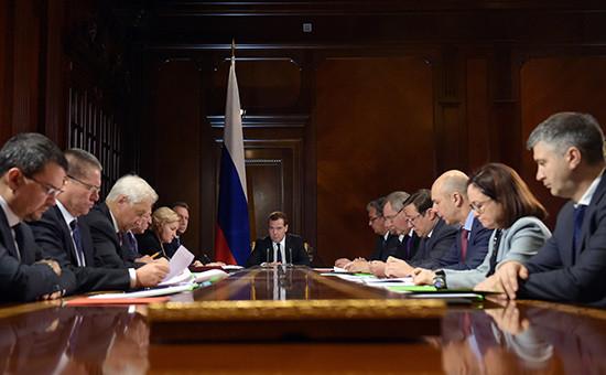Премьер-министр России Дмитрий Медведев (в центре) на совещании по проекту плана обеспечения устойчивого развития экономики и социальной стабильности в 2015 году