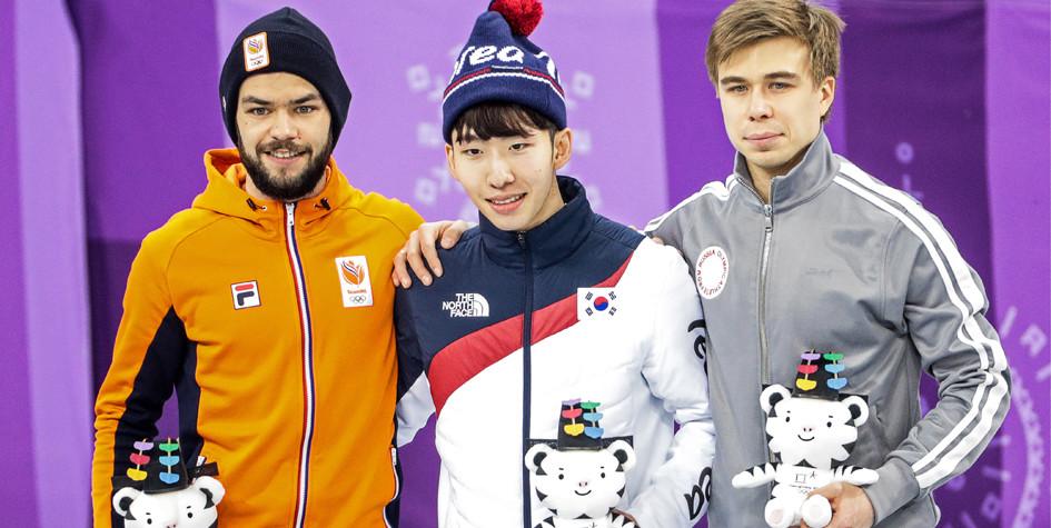 Призеры забега на 1500 метров у шорт-трекистов на Олимпиаде-2018 в Пхёнчхане Шинки Кнегт, Лим Хё Джун и Семен Елистратов (слева направо)