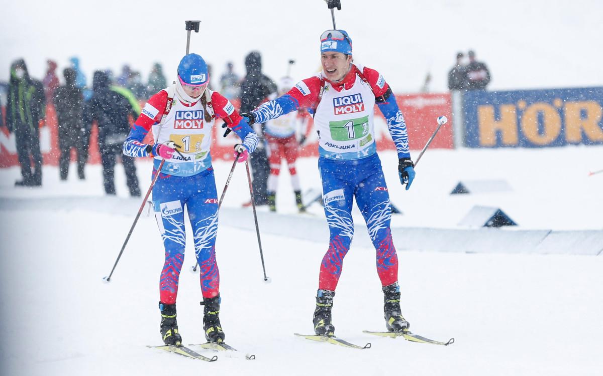 Российский биатлонист Эдуард Латыпов (справа) передает эстафету Светлане Мироновой