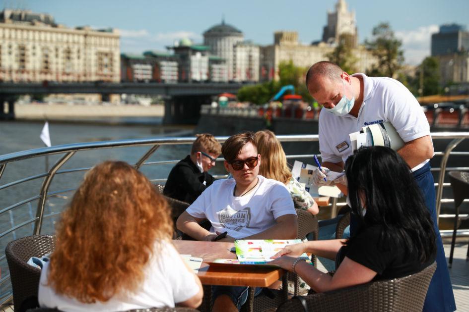 Люди в ресторане прогулочного теплохода на Москве-реке