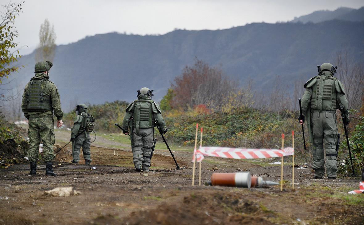 Специалисты противоминного центра Минобороны РФ во время работ по разминированию в Нагорном Карабахе