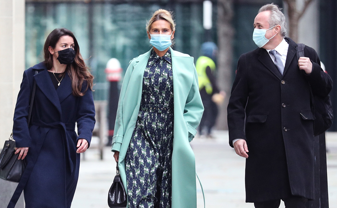 Татьяна Ахмедова (в центре) у здания Высокого суда Лондона