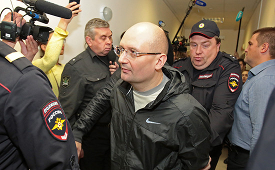 Управляющий холдинга «Ленинец» Александр Горбунов (в центре), обвиняемый впокушении нажизнь журналиста Олега Кашина