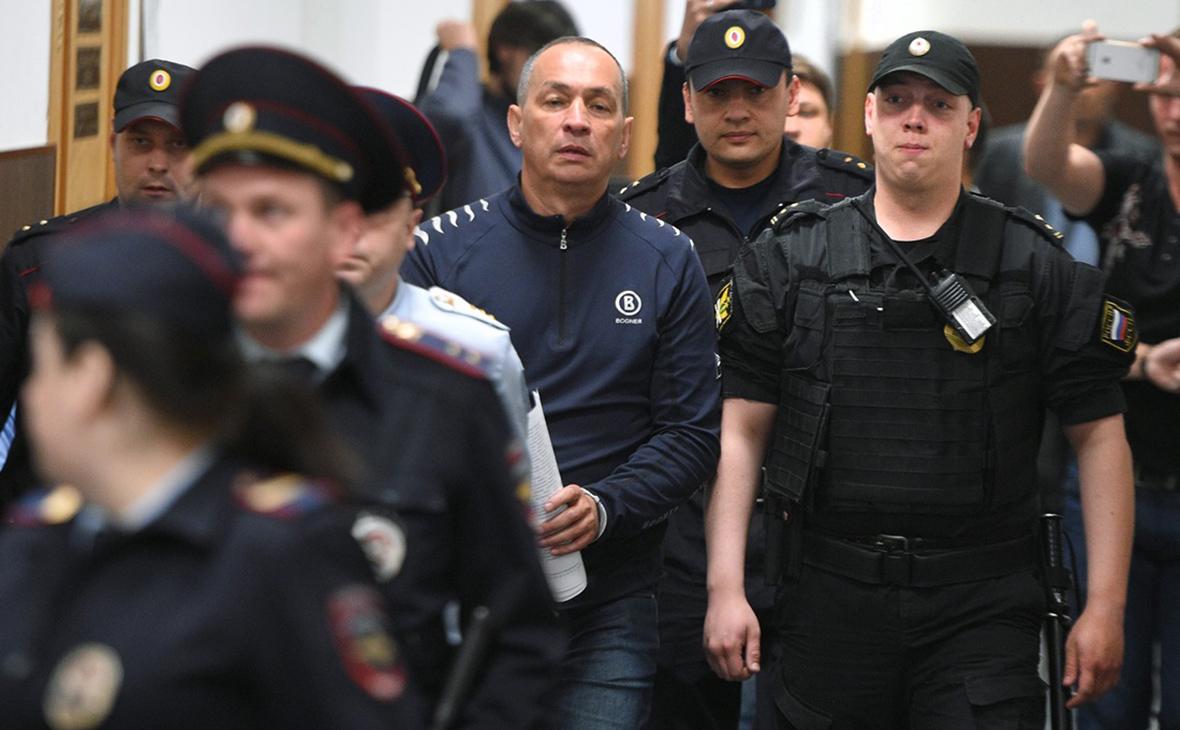 Александр Шестун (в центре)
