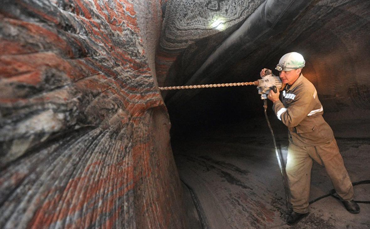 Рабочий наВерхнекамском месторождении калийно-магниевых солей
