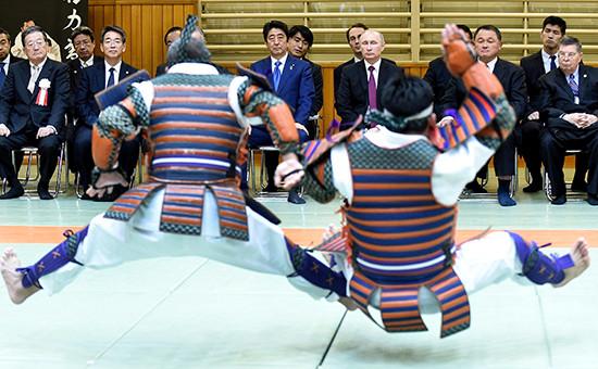 Премьер-министр Японии Синдзо Абэ ипрезидент России Владимир Путин (слева направо навтором плане) вовремя посещения центра восточных единоборств «Кодокан»