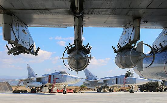 Российские фронтовые бомбардировщики Су-24М на аэродроме Хмеймим