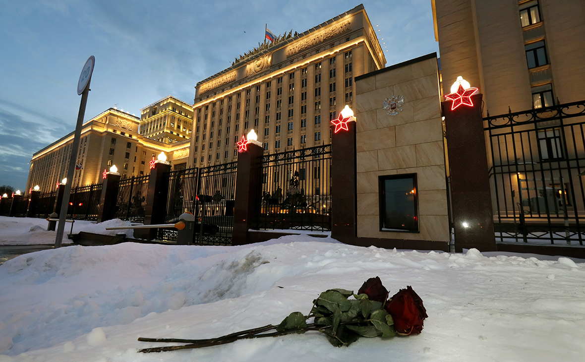 Цветы перед зданием Министерства обороны России в Москве