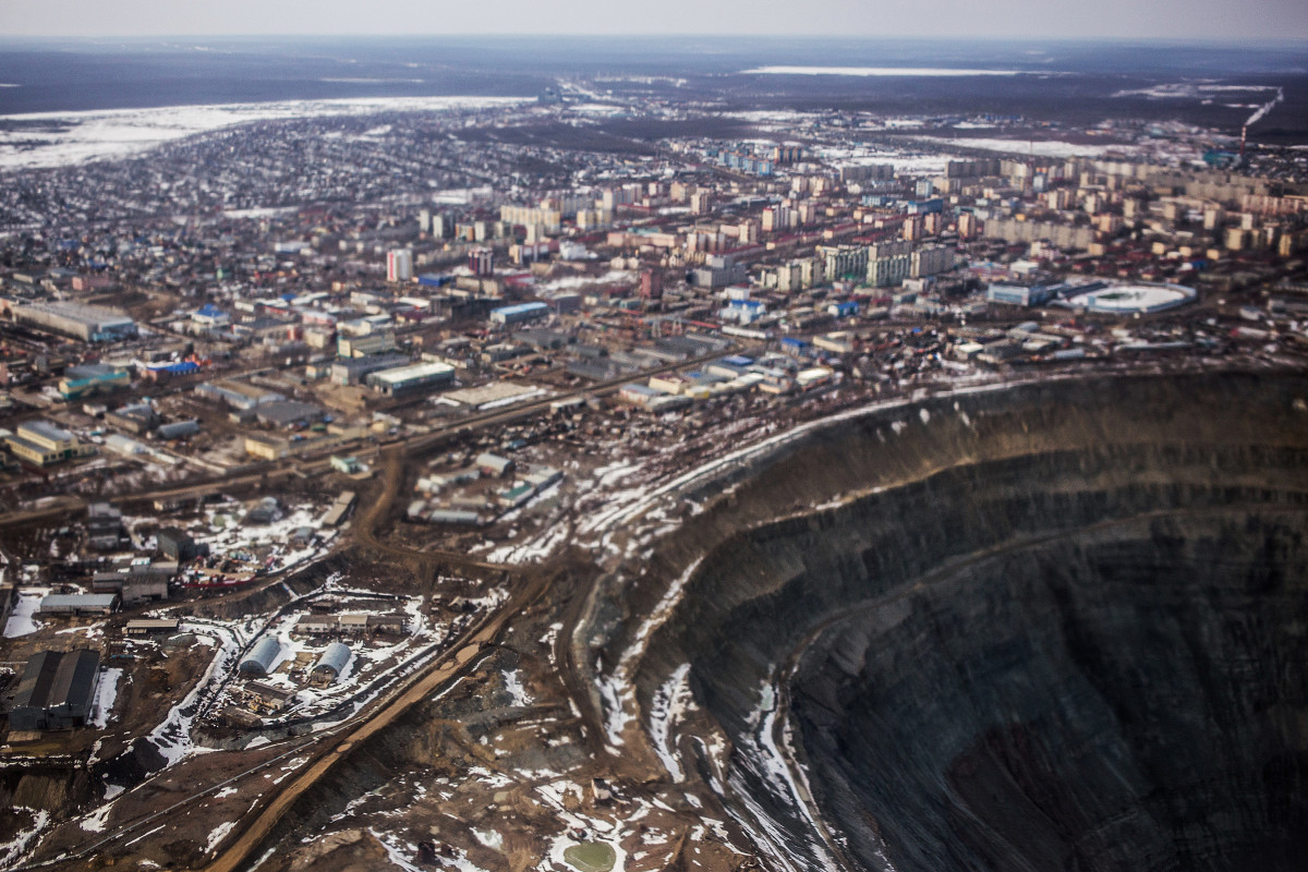 На самом севере умеренного пояса Северного полушария, в Республике Саха, находится город Мирный. В 1955 году здесь было открыто месторождение алмазов — кимберлитоваяТрубка«Мир». «Закурили трубку мира. Табак отличный», — такой радиограммой тогда советские геологи Авдеенко, Елагина, Хабардин сообщили в Москву об открытии богатейшего на тот момент месторождения алмазов. «Специального кода на этот случай у нас не было, — рассказывал начальник геологической партии Юрий Хабардин. — И текст мы составили так, чтобы было понятно, что мы нашли — «закурили трубку» и дали ей название — «Мир». Фраза «табак отличный» говорила о богатом содержании алмазов».