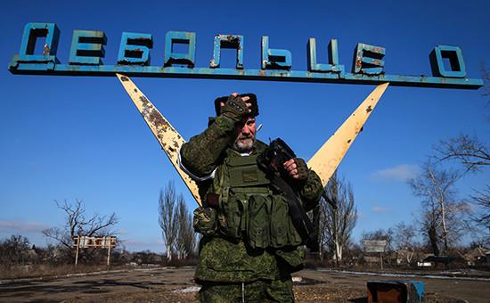 Ополченец ЛНР на одной из улиц Дебальцево