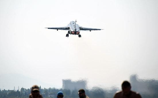 Бомбардировщик Су-24 Воздушно-космических сил РФ взлетает савиабазы Хмеймим, 21 октября 2015 года
