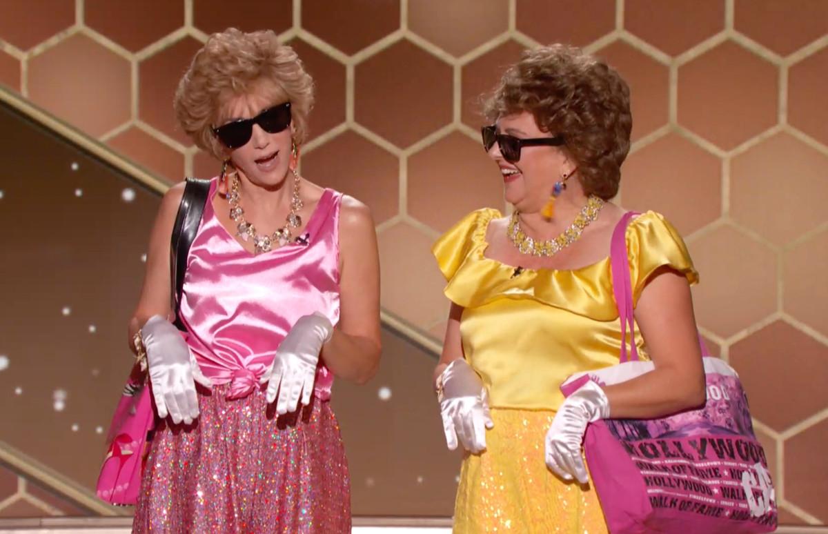 Актрисы Кристен Уиг и Энни Мумоло в образе героинь из фильма «Барб и Звезда едут в Виста дель Мар» на сцене 78-й церемонии вручения премии «Золотой глобус»