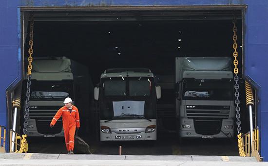 Грузовые автомобили вотсеке парома «Варяг», прибывшего изТурции. 12 декабря 2015 года