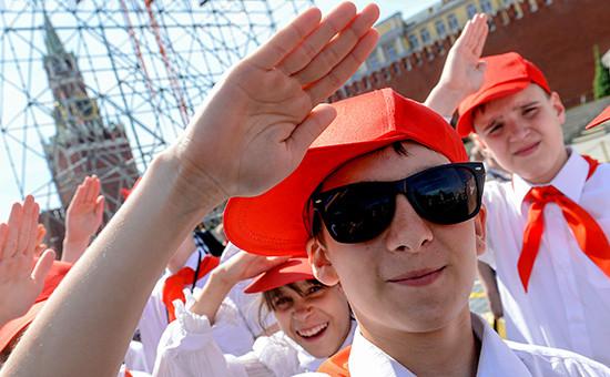 Участники церемонии торжественного приема российских школьников в пионеры на Красной площади, май 2013 года