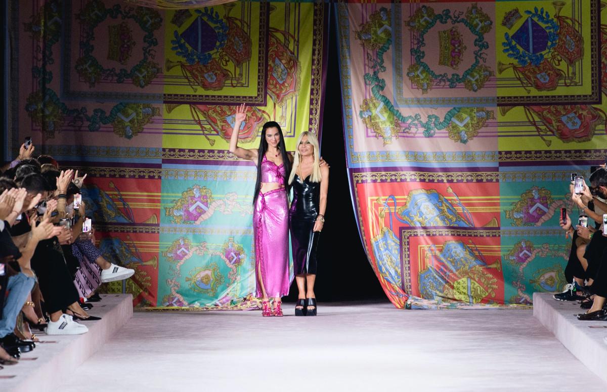 Дуа Липа и Донателла Версаче в финале показа Versace