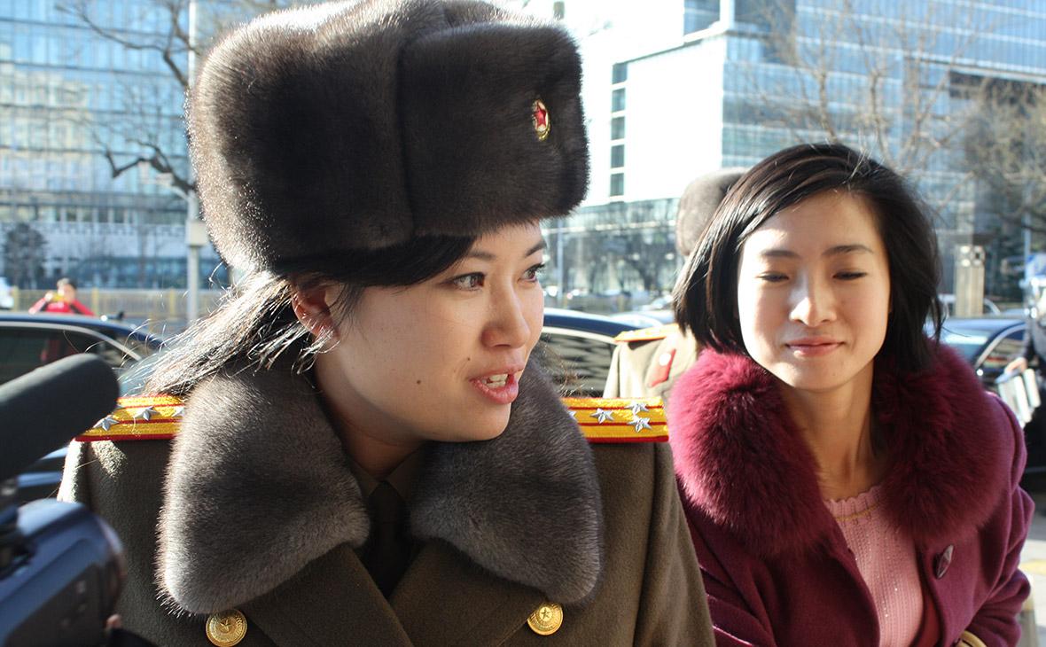 Участница женского вокального ансамбляХен Сонг Вол (слева)