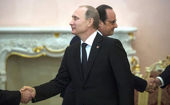 9 октября президент Франции Франсуа Олланд усомнился, чтовстреча сВладимиром Путиным вообще имеет смысл. 11 октября российский президент отказался отпоездки вПариж. На фото: Владимир Путин (на переднем плане) иФрансуа Олланд вовремя встречи вЕреване, апрель 2015 года