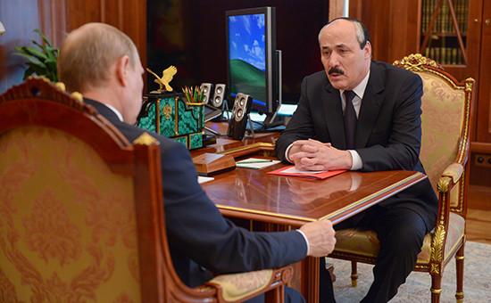 Глава Дагестана Рамазан Абдулатипов (справа) вовремя встречи спрезидентом России Владимиром Путиным вКремле, июль 2014 года