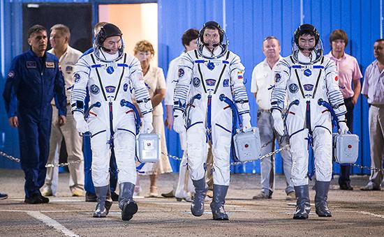 Участники основного экипажа транспортного пилотируемого корабля «Союз ТМА-17М» 44/45 экспедиции к Международной космической станции,астронавт ДжАКСА Кимия Юи (Япония), космонавт Роскосмоса Олег Кононенко (Россия) и астронавт НАСА Челл Линдгрен (США), перед стартом на космодроме «Байконур»