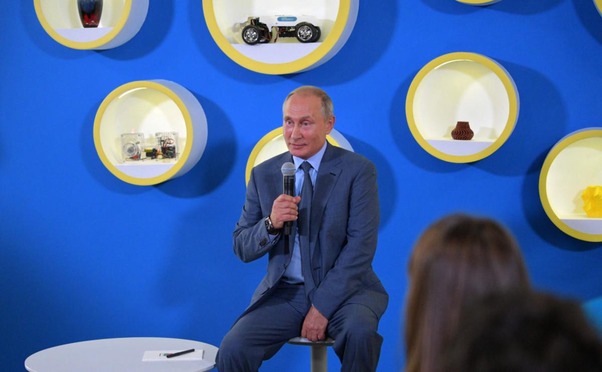 Президент Владимир Путин на встрече с победителями международных олимпиад 2017/18 учебного года в образовательном центр «Сириус»