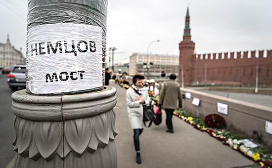 Цветы на месте гибели Бориса Немцова наБольшом Москворецком мосту. Фото 2015 года