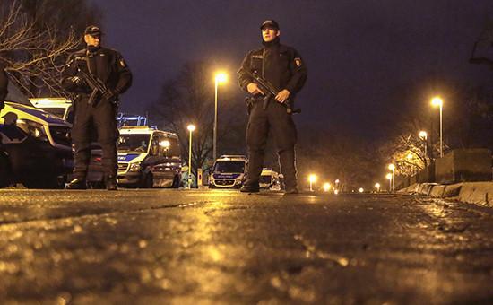 Полицейскиевозле стадиона в Ганновере