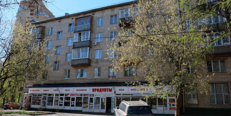 Магазин продуктов вмосковской пятиэтажке