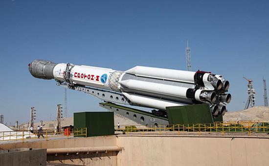 Установка ракеты космического назначения «Протон-М» настартовом комплексе космодрома Байконур