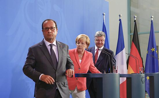 Президент Франции Франсуа Олланд, канцлер Германии Ангела Меркель ипрезидент Украины Петр Порошенко  (слева направо)  вовремя встречи вБерлине