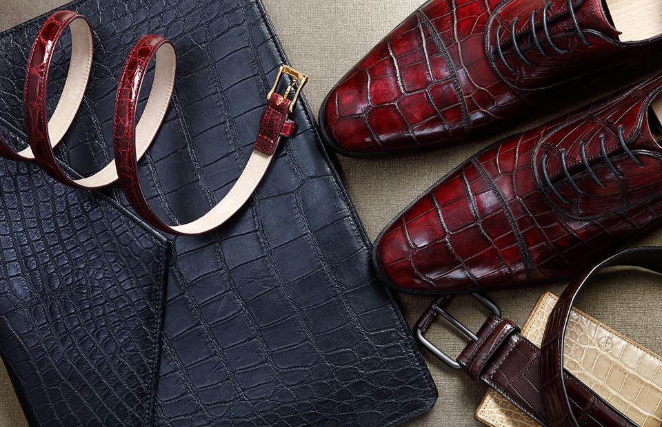 Папка, портмоне из кожи аллигатора, все Giorgio Armani; ботинки, тонкий ремень, все Raschini; широкий крокодиловый ремень, Bottega Veneta