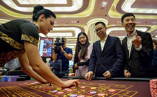 Посетители играют врулетку вовремя открытия первого казино Tigre de Cristal вигорной зоне «Приморье»