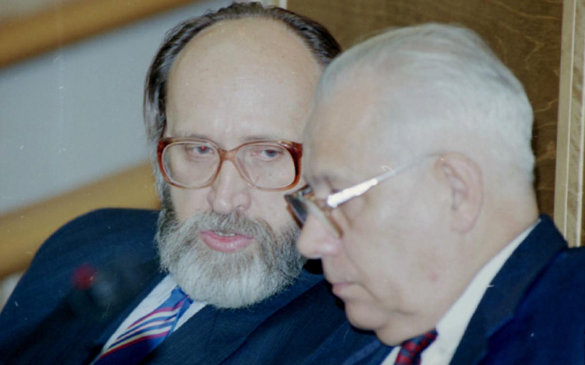 Юрий Власов (слева)