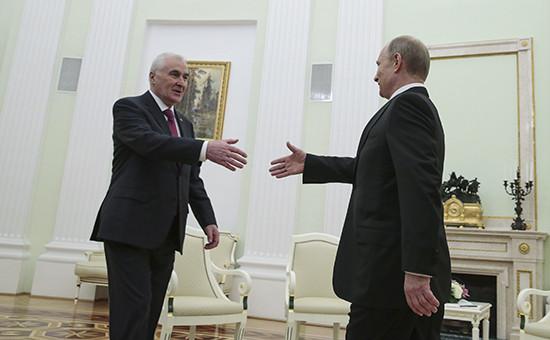 Президент Южной Осетии Леонид Тибилов и президент России Владимир Путин (слева направо) во время встречи в Кремле