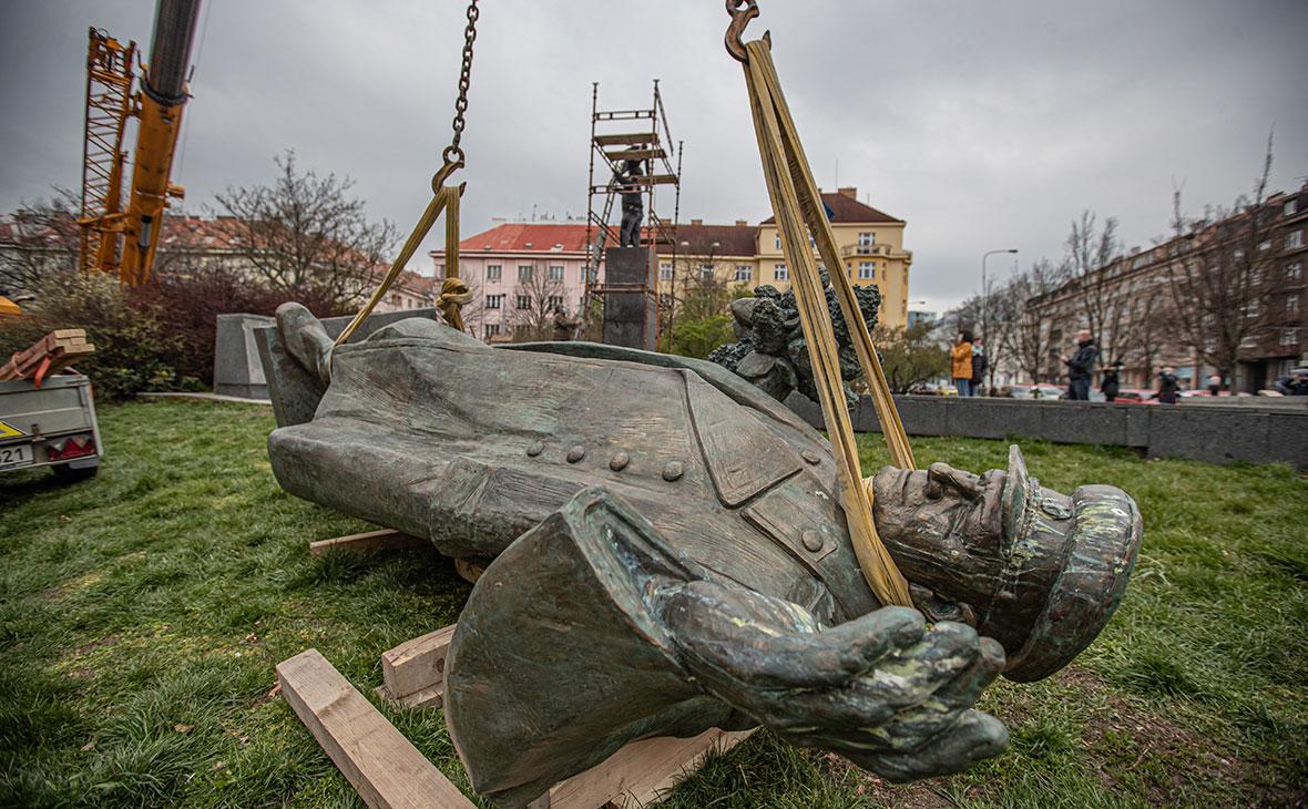 Демонтаж памятника маршалу Советского Союза Ивану Коневу