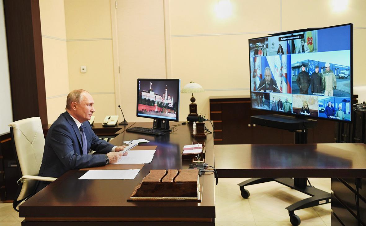 Владимир Путин во время открытия многофункциональных медицинских центров Минобороны России (в режимевидеоконференции)