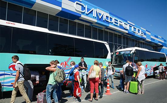 Туристы у здания аэропорта Симферополя