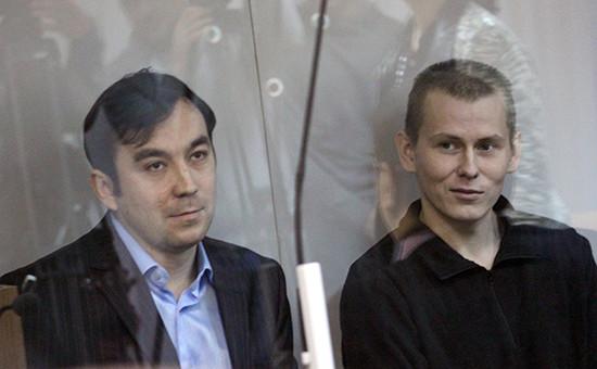 Граждане России Евгений Ерофеев (слева) иАлександр Александров, обвиняемые вряде военных преступлений натерритории Украины, вовремя рассмотрения дела посуществу вГолосеевском суде, ноябрь 2015 года