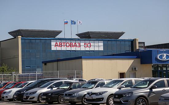 Автомобили настоянке у завода АвтоВАЗ вТольятти