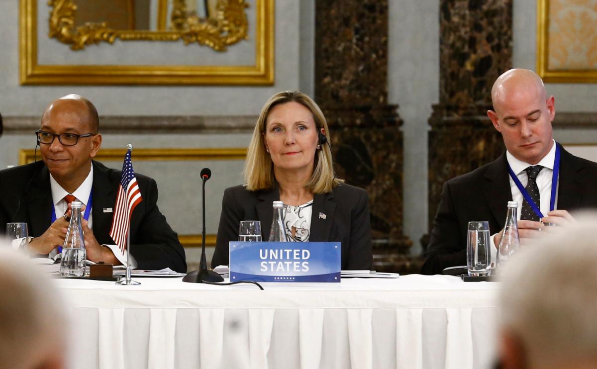 Андреа Томпсон (в центре)
