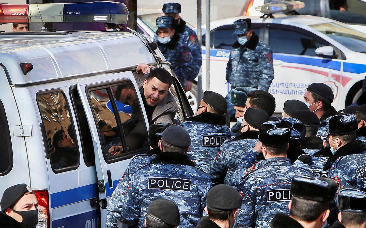 Сотрудники полиции задерживают участников акции протеста, выступающих против премьер-министра Армении Никола Пашиняна, у правительственного здания в Ереване